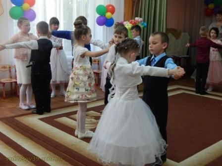 дети танцуют вальс